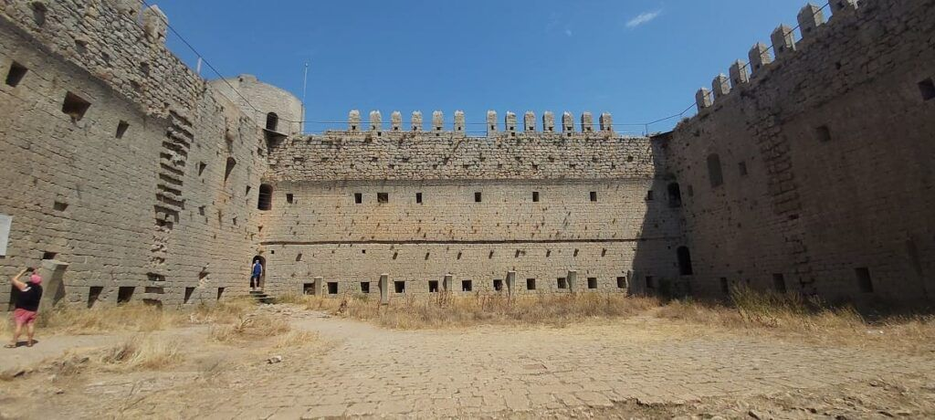 interior castillo montgri